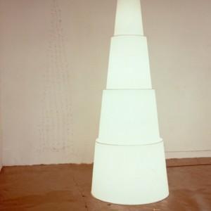 ZIGGOURAT Lampadaire  pvc blanc 18 AOUT ( Berrux ... 1989