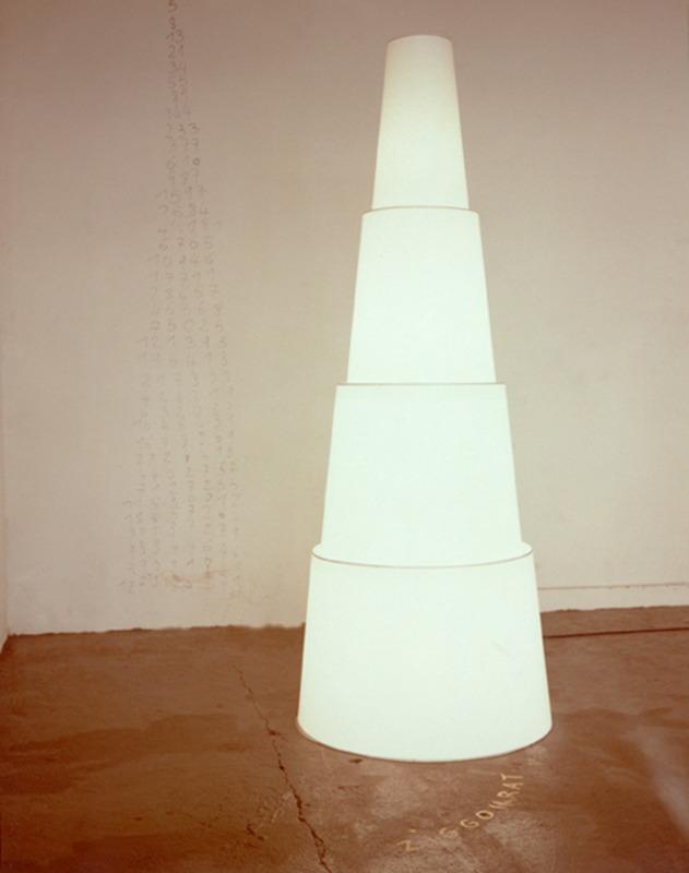 ZIGGOURAT Lampadaire  pvc blanc 18 AOUT ( ... 1989